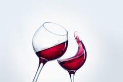 Δύο γυαλιά κρασιού στη χειρονομία ψησίματος με το μεγάλο ράντισμα Στοκ φωτογραφίες με δικαίωμα ελεύθερης χρήσης