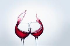 Δύο γυαλιά κρασιού στη χειρονομία ψησίματος με το μεγάλο ράντισμα Στοκ Φωτογραφίες