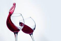 Δύο γυαλιά κρασιού στη χειρονομία ψησίματος με το μεγάλο ράντισμα Στοκ εικόνες με δικαίωμα ελεύθερης χρήσης