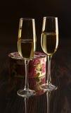 Δύο γυαλιά με το άσπρο κιβώτιο κρασιού και δώρων στον πίνακα καθρεφτών Σύνθεση προσωπικοτήτων εδώ κείμενό σας Στοκ φωτογραφίες με δικαίωμα ελεύθερης χρήσης