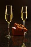 Δύο γυαλιά με το άσπρο κιβώτιο κρασιού και δώρων στον πίνακα καθρεφτών Σύνθεση προσωπικοτήτων εδώ κείμενό σας Στοκ Εικόνα