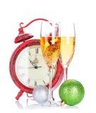 Δύο γυαλιά σαμπάνιας, ντεκόρ Χριστουγέννων και ρολόι Στοκ φωτογραφία με δικαίωμα ελεύθερης χρήσης