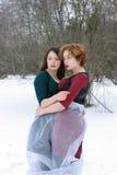 Δύο γυναίκες αγκαλιάζουν στο δάσος Στοκ φωτογραφία με δικαίωμα ελεύθερης χρήσης