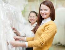 Δύο γυναίκες επιλέγουν το άσπρο φόρεμα Στοκ Εικόνες