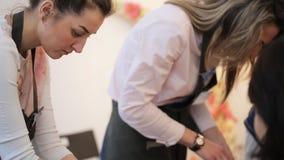 Δύο γυναίκες εργάζονται σκληρά στην επεξεργασία στο στούντιο τέχνης απόθεμα βίντεο