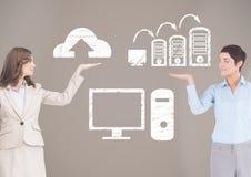 Δύο γυναίκες με τα ανοικτά χέρια παλαμών ενάντια στα εικονίδια υπολογιστών σύννεφων Στοκ φωτογραφίες με δικαίωμα ελεύθερης χρήσης