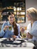 Δύο γυναίκες με την τρούφα τσαγιού και σοκολάτας στον καφέ Στοκ εικόνα με δικαίωμα ελεύθερης χρήσης