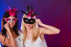 Δύο γυναίκες με τις ενετικές μάσκες καρναβαλιού Στοκ εικόνες με δικαίωμα ελεύθερης χρήσης