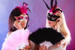 Δύο γυναίκες με τις ενετικές μάσκες καρναβαλιού Στοκ Εικόνα