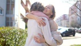 Δύο γυναίκες, νέος και ώριμος, συνερχόμενες έξω την άνοιξη Αγκάλιασμα μητέρων και κορών στη συνεδρίαση : φιλμ μικρού μήκους