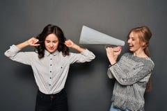Δύο γυναίκες ορκίζονται Στοκ εικόνα με δικαίωμα ελεύθερης χρήσης