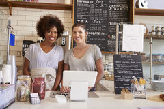 Δύο γυναίκες πίσω από το μετρητή σε μια καφετερία, κλείνουν επάνω Στοκ Εικόνα