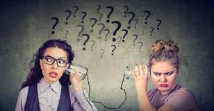 Δύο γυναίκες που έχουν ενοχλήσει την επικοινωνία στοκ φωτογραφίες με δικαίωμα ελεύθερης χρήσης