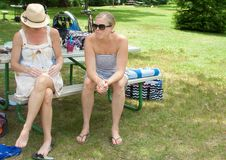Δύο γυναίκες που απολαμβάνουν το χρόνο σε ένα τοπικό πάρκο Στοκ Εικόνες