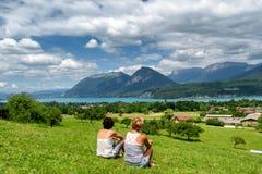 Δύο γυναίκες που εξετάζουν τη λίμνη του Annecy στη Γαλλία Στοκ Εικόνες