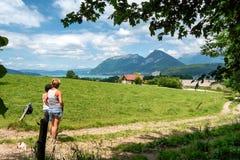 Δύο γυναίκες που εξετάζουν τη λίμνη του Annecy στη Γαλλία Στοκ Φωτογραφίες