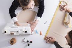 Δύο γυναίκες που εργάζονται σε έναν ράφτη ψωνίζουν Στοκ Εικόνα