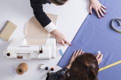 Δύο γυναίκες που εργάζονται στο σχέδιο από κοινού Στοκ φωτογραφία με δικαίωμα ελεύθερης χρήσης