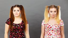 Δύο γυναίκες που προσβάλλονται παρμένος στο εξόγκωμα Στοκ εικόνα με δικαίωμα ελεύθερης χρήσης