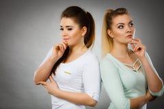 Δύο γυναίκες που σκέφτονται για κάτι Στοκ Εικόνες