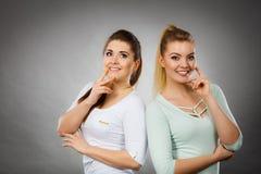 Δύο γυναίκες που σκέφτονται για κάτι Στοκ φωτογραφία με δικαίωμα ελεύθερης χρήσης