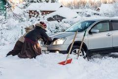 Δύο γυναίκες που ωθούν ένα αυτοκίνητο Στοκ εικόνες με δικαίωμα ελεύθερης χρήσης