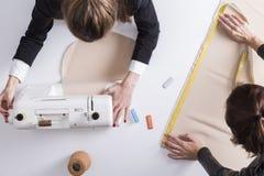 Δύο γυναίκες σε έναν ράφτη ψωνίζουν Στοκ εικόνα με δικαίωμα ελεύθερης χρήσης
