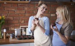 Δύο γυναίκες στην κουζίνα στοκ εικόνες