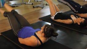 Δύο γυναίκες στη γυμναστική απόθεμα βίντεο