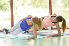 Δύο γυναίκες στη yogic πλευρά θέτουν Στοκ Φωτογραφία