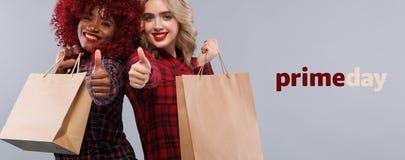 Δύο γυναίκες στις αγορές στη μαύρη Παρασκευή και τις πρωταρχικές διακοπές ημέρας Έννοια πώλησης με το διάστημα αντιγράφων στοκ φωτογραφία με δικαίωμα ελεύθερης χρήσης