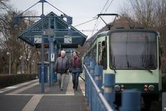 δύο γυναίκες στο τραμ σταματούν Στοκ Φωτογραφία