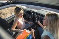Δύο γυναίκες στο όχημα προγραμματισμού αυτοκινήτων suv και συγχρονισμός με στοκ φωτογραφία με δικαίωμα ελεύθερης χρήσης