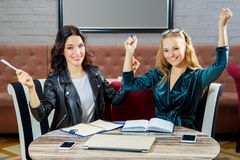 Δύο γυναίκες συζητούν ένα επιχειρησιακό πρόγραμμα σε ένα εστιατόριο Στοκ φωτογραφία με δικαίωμα ελεύθερης χρήσης