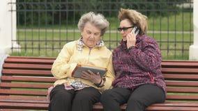 Δύο γυναίκες συζητούν για τα εγχώρια προβλήματα υπαίθρια απόθεμα βίντεο