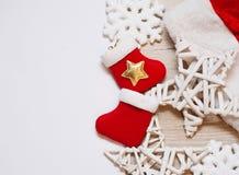 Δύο γυναικείες κάλτσες Χριστουγέννων με τα ξύλινα αστέρια και θέση για το κείμενο Στοκ φωτογραφία με δικαίωμα ελεύθερης χρήσης