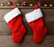 Δύο γυναικείες κάλτσες Χριστουγέννων Στοκ Εικόνα