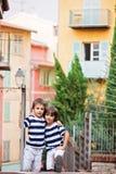 Δύο γλυκά παιδιά, αδελφοί αγοριών, που στέκονται στα σκαλοπάτια, που αγκαλιάζουν ea Στοκ Εικόνες