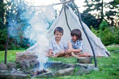 Δύο γλυκά παιδιά, αδελφοί αγοριών, που στρατοπεδεύουν έξω από το καλοκαίρι επάνω στοκ φωτογραφίες με δικαίωμα ελεύθερης χρήσης