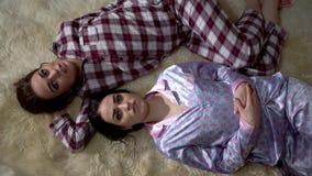 Δύο δίδυμα αδελφών στις πυτζάμες βρίσκονται στο μαλακό τάπητα που αντιμετωπίζει ο ένας τον άλλον και που διοργανώνει την καλή συζ απόθεμα βίντεο
