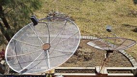 Δύο Διαδίκτυο δορυφορικό πιάτο που εγκαθίσταται στο έδαφος Δορυφορικές κεραίες για το σήμα μετάδοση-Διαδίκτυο, TV, κλήσεις στοκ εικόνες