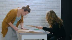 Δύο διακοσμητές που κάνουν τους φακέλους στο στούντιο φιλμ μικρού μήκους
