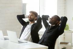 Δύο διαφορετικοί νέοι επιχειρηματίες που χαλαρώνουν στην εργασία που αναπνέει το φρέσκο α Στοκ φωτογραφία με δικαίωμα ελεύθερης χρήσης