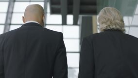 Δύο διοικητικοί συνεργάτες που μιλούν ανερχόμενος τα σκαλοπάτια Στοκ Εικόνες