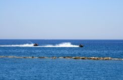 Δύο δρομείς κυμάτων στη θάλασσα στοκ εικόνα με δικαίωμα ελεύθερης χρήσης