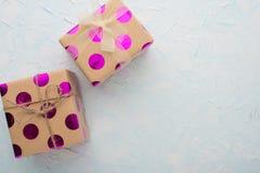 Δύο δώρα σε ένα ελαφρύ υπόβαθρο με ένα κενό διάστημα για το γράψιμο ή τη διαφήμιση στοκ εικόνες