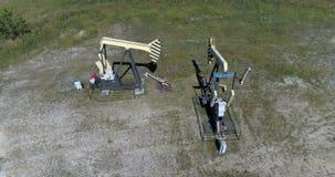 Δύο λειτουργώντας αντλίες πετρελαίου απόθεμα βίντεο