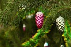 Δύο εκλεκτής ποιότητας διακοσμήσεις Χριστουγέννων - πορφυρές και ασημένιες με τους κώνους έλατου όρφνωσης Στοκ εικόνες με δικαίωμα ελεύθερης χρήσης