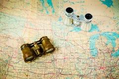 Δύο εκλεκτής ποιότητας διόπτρες στον παλαιό χάρτη - σώμα και ασήμι μετάλλων ορείχαλκου στοκ εικόνα