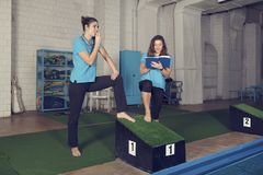 Δύο εκπαιδευτές που κολυμπούν στο παλιό σχολείο συγκεντρώνουν τη διεύθυνση του μαθήματος Στοκ Εικόνα